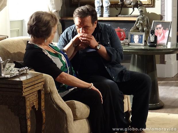 Atílio não perde tempo e logo trata de dar mole para Eudóxia (Foto: Pedro Curi / TV Globo)