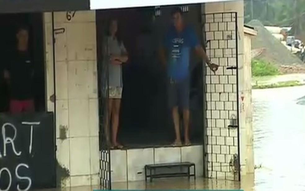 Proprietários de um salão de beleza, na Avenida Euclides Figueiredo, ficaram ilhados. (Foto: Reprodução/TV Sergipe)