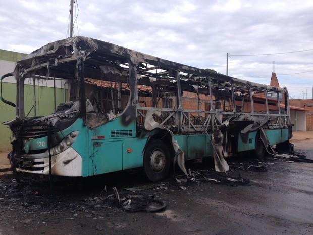 Ônibus ficou destruído (Foto: Pablo Caires/ Inter TV)