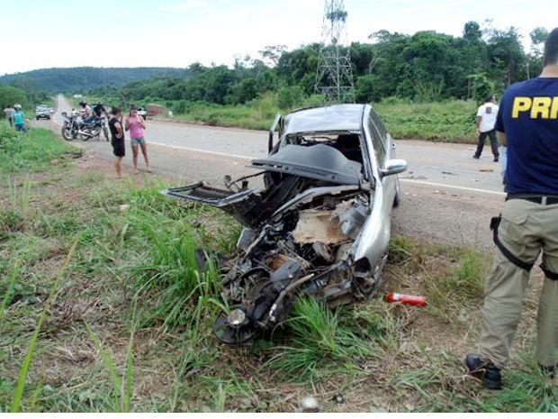 Motorista do carro de passeio, de 20 anos, morreu no local. (Foto: Célio Ribeiro/Roteiro Notícias)