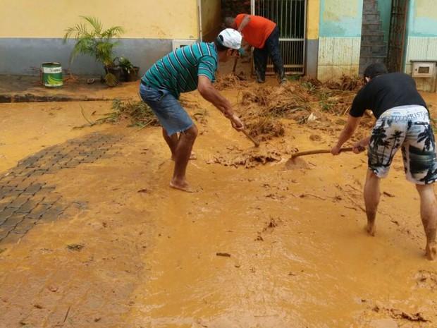 Moradores de Iconha limpam ruas após alagamento, no ES (Foto: Paula Bonadiman/ Leitora de A Gazeta)