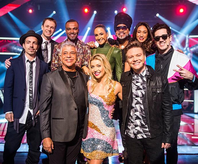 Técnicos, assistentes e apresentadores posam juntos no palco do The Voice (Foto: Globo/João Miguel Júnior)