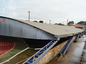 Cobertura da quadra de esportes foi destruída com vendaval (Foto: Reprodução/ EPTV)