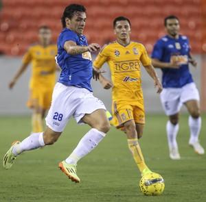 Ricardo Goulart disputa bolo em amistoso com o Tigres-MEX (Foto: Troy Taormina / Light Press)