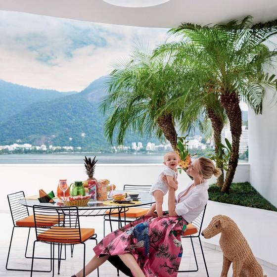 Bento prova que leva jeito para o mundo fashion e posa ao lado da mãe, Carol Trentini  (Foto: Mario Testino)