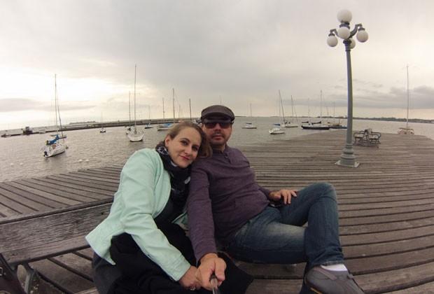 Casal larga emprego fixo para viajar e trabalha cada dia em um cenário diferente do mundo