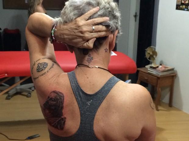 Marieta Medeiros mostra algumas das 16 tatuagens feitas nos últimos anos (Foto: Felipe Gibson/G1)