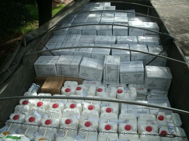 Agrotóxicos que estavam sendo transportados sem licenciamento foram apreendidos pela PMA (Foto: Divulgação/PMA)