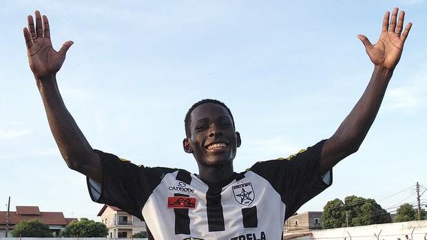 Zagueiro Kenu, do Standard Liège, na época em que jogava no Estrela do Norte (Foto: Gildo Loyola/A Gazeta)