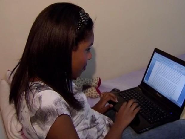 """Jovem de 16 anos escreveu seu primeiro livro. """"Escrever é algo normal para mim"""". (Foto: Reprodução/TV Tribuna)"""
