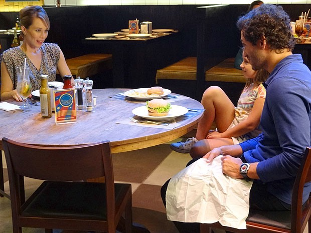 Juliana fica surpresa com a proposta (Foto: Guerra dos Sexos / TV Globo)