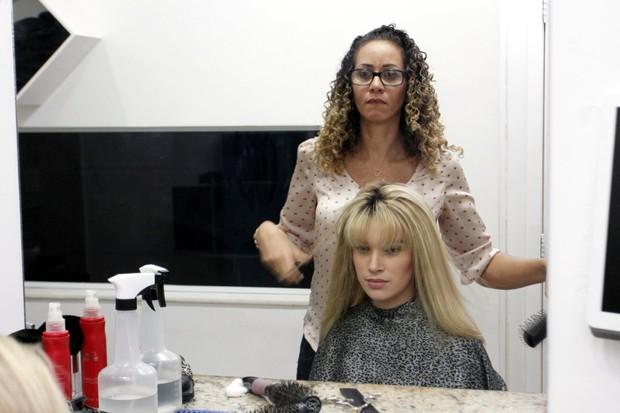 Adriana da Silva mostra o resultado final da prótese em Anne Medeiros (Foto: Marcos Ferreira/ Ag. Brazil News)