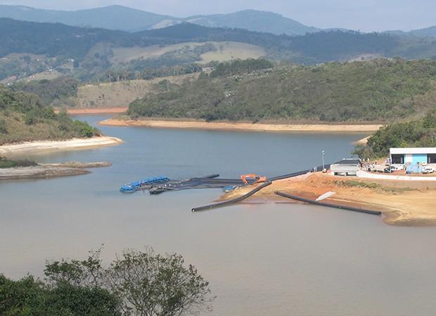 Sistema de captação do volume morto da Represa Atibainha, em Nazaré Paulista, em 29 de agosto de 2014 (Foto: Isabela Leite/G1)