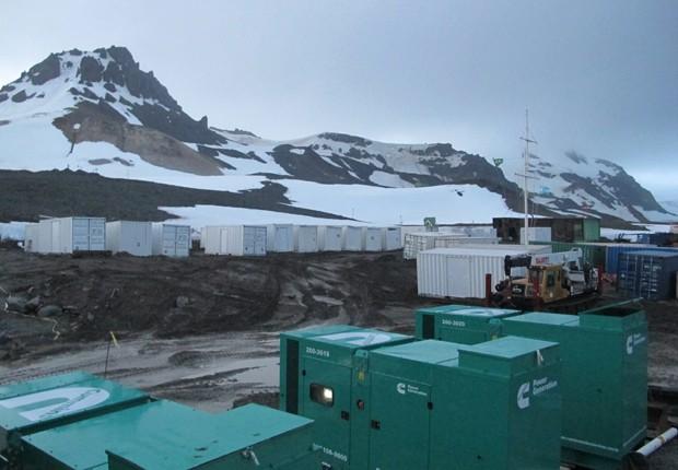 Contêineres que formarão o Módulo Antártico Emergencial, para abrigar cientistas e militares no continente gelado (Foto: Eduardo Carvalho/G1)