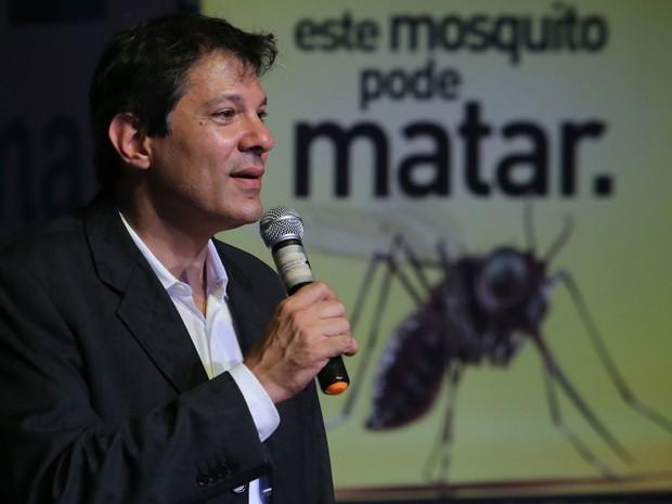 O prefeito de São Paulo, Fernando Haddad, participa da Mobilização Nacional da Educação pelo Combate ao Aedes aegypti, no Teatro do CEU Aricanduva (Foto: José Patrício/Estadão Conteúdo)