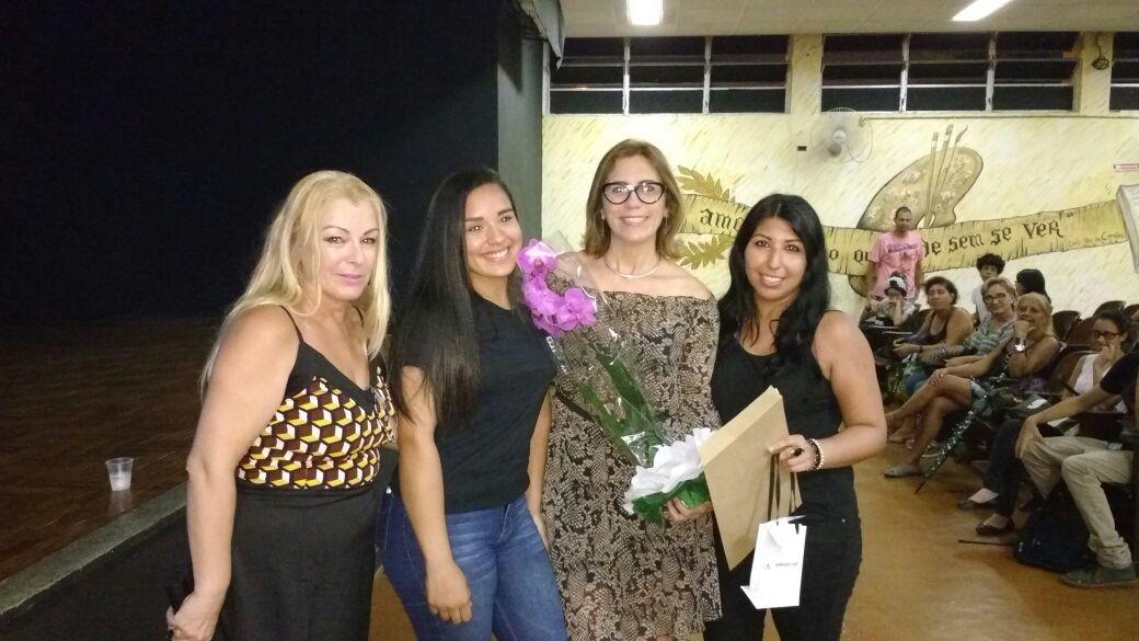 Rosana Valle recebe homenagem de alunos da Etec Santos (Foto: Arquivo Pessoal)