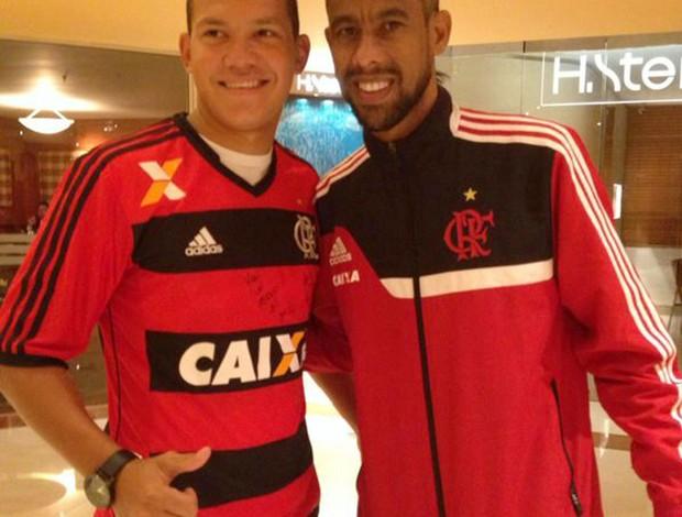 Flamengo Léo moura e torcedor vira casaca (Foto: Rafael Cotta)