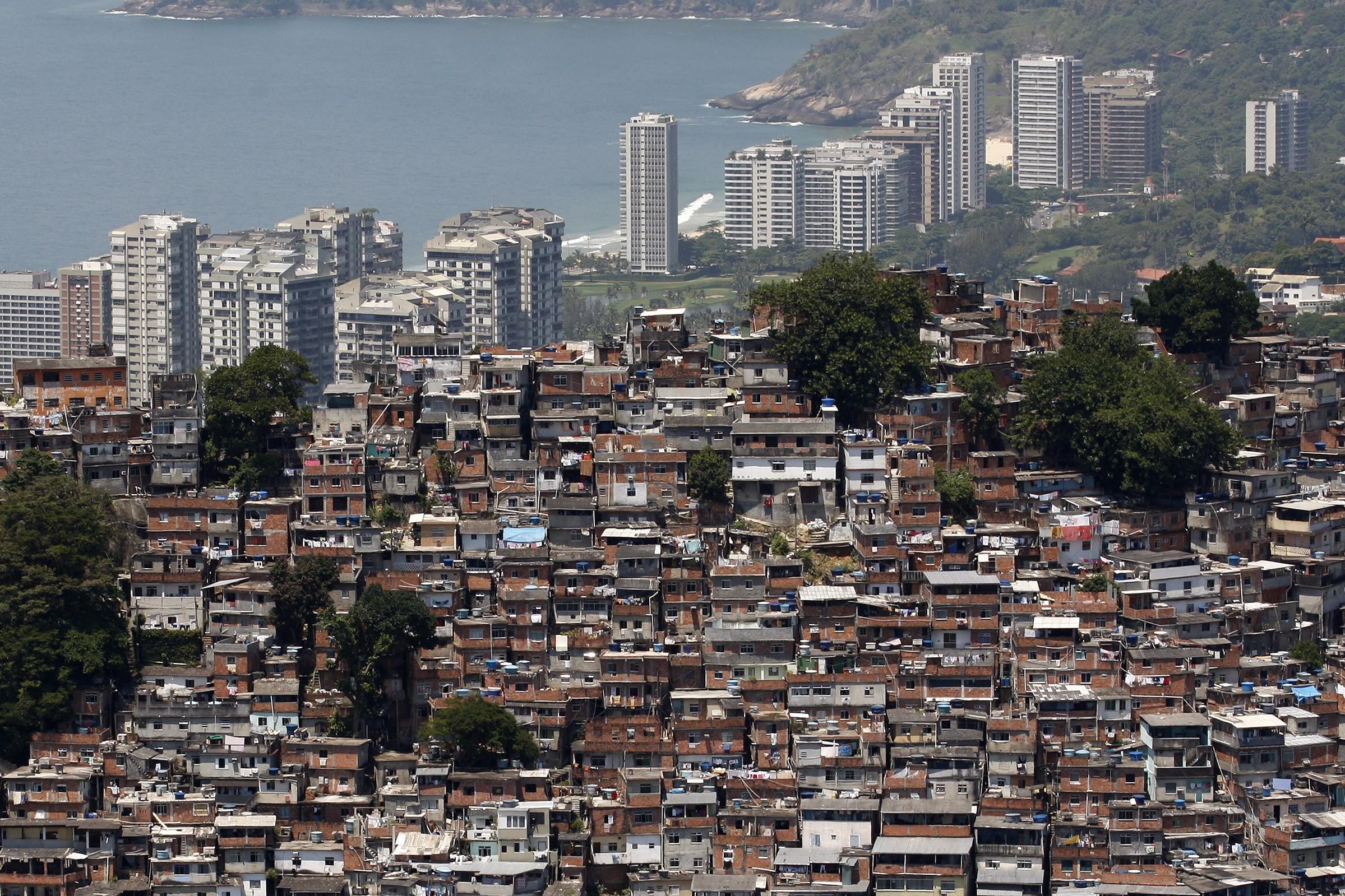Light faz operação na Rocinha e encontra 'gato' em 70% das casas | Ancelmo