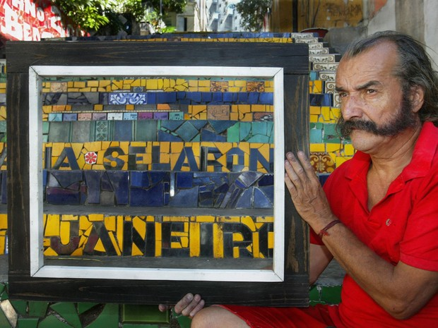 O artista plástico chileno Jorge Selarón, de 65 anos, em foto de 2003 (Foto: Marcos Ramos / Agência O Globo)