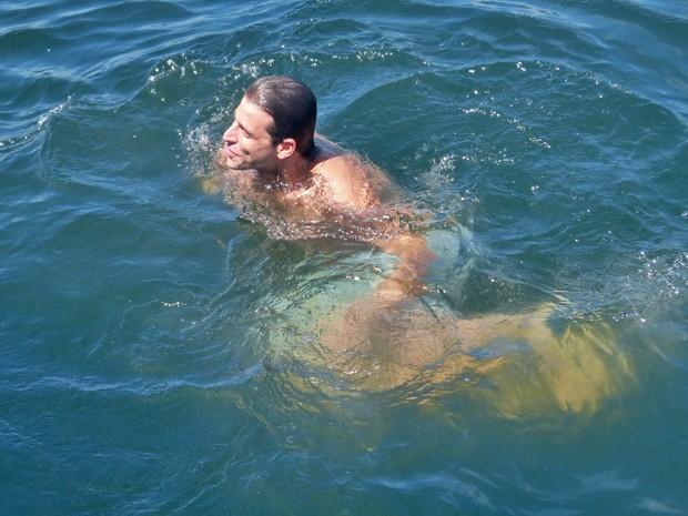 Henri Castelli se refresca no mar (Foto: Flor do Caribe / TV Globo)