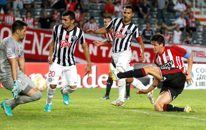 Carrillo comemora gol do Estudiantes contra o Libertad (Foto: Agência Reutes)