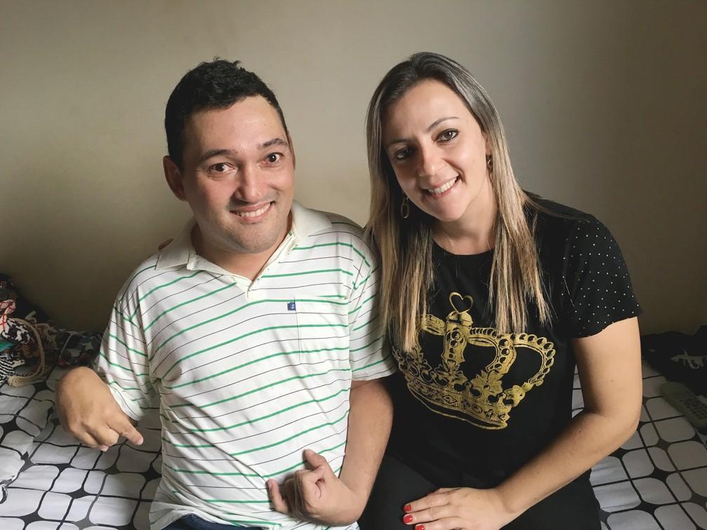 Mânia incentivou Fábio e o ajudou com o esboço do livro (Foto: Stephanie Fonseca/G1)
