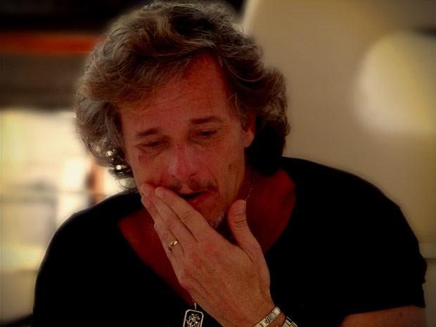 Max fica detonado após surra de Jorginho (Foto: Avenida Brasil / TV Globo)