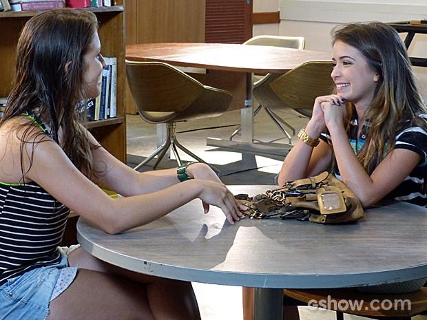 Flaviana convence Amanda a fazer festa no salão (Foto: Malhação / TV Globo)