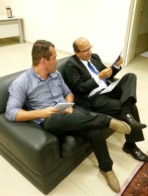 Cícero Cavalcante e Emerson Júnior, assessor de imprensa do CSA (Foto: Augusto Oliveira / GloboEsporte.com)