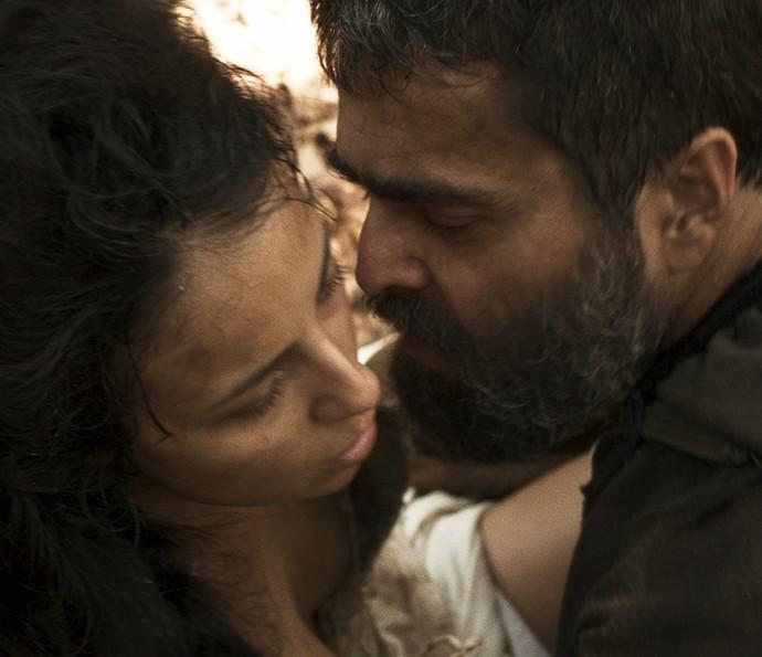 Capote se insinua para a filha de criação de Raposo (Foto: TV Globo)