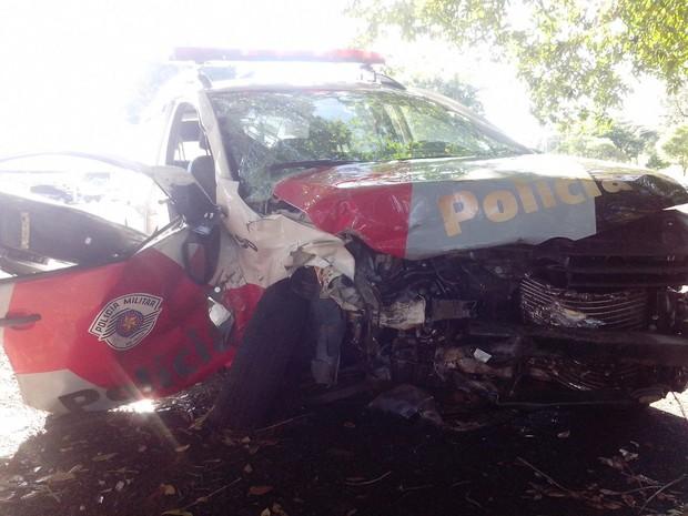 Viatura da PM ficou bastante danificada após a batida  (Foto: Guilherme Tavares/ TV TEM)