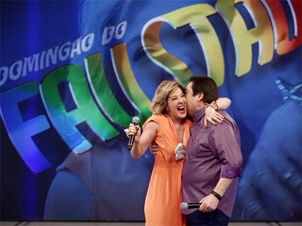 Samantha Santana ganha beijinho de Fausto Silva (Foto: Inácio Moraes/ TV Globo)
