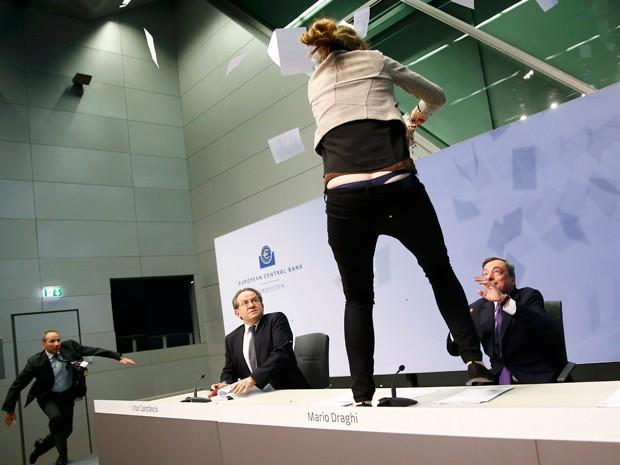 Draghi se assusta com atitude da manifestante (Foto: Reuters)