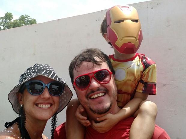 Guilherme Calheiros e Maria Chaves levaram filho, fantasiado de Homem de Ferro, para curtir a folia em Olinda. (Foto: Penélope Araújo/G1)