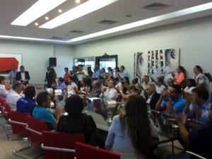 Prefeito explica como serão feitas as demissões na saúde (Foto: Fernanda Resende/G1)