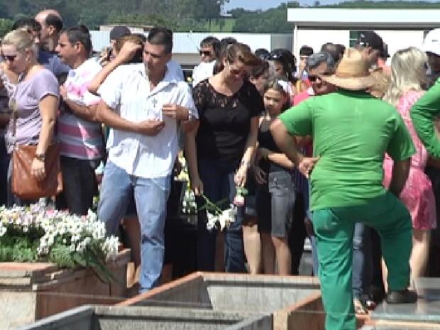 Centenas de pessoas acompanharam o velório da comerciante em Votuporanga (Foto: Reprodução / TV Tem)