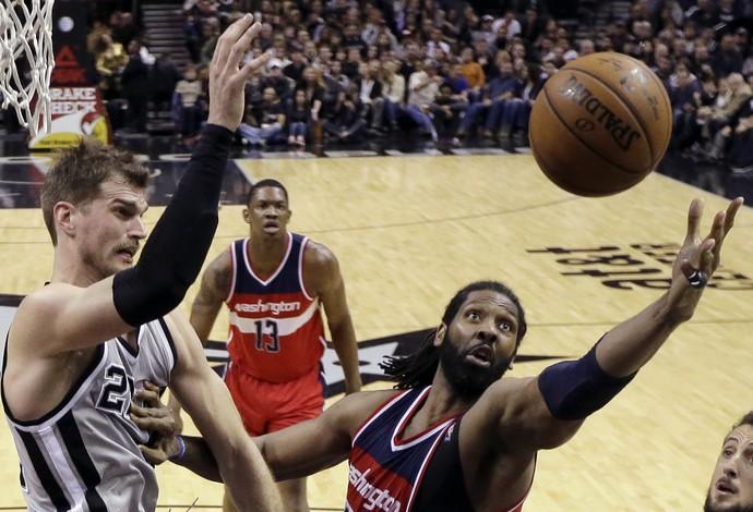 Tiago Splitter e Nenê Spurs x Wizards NBA - AP (Foto: AP)