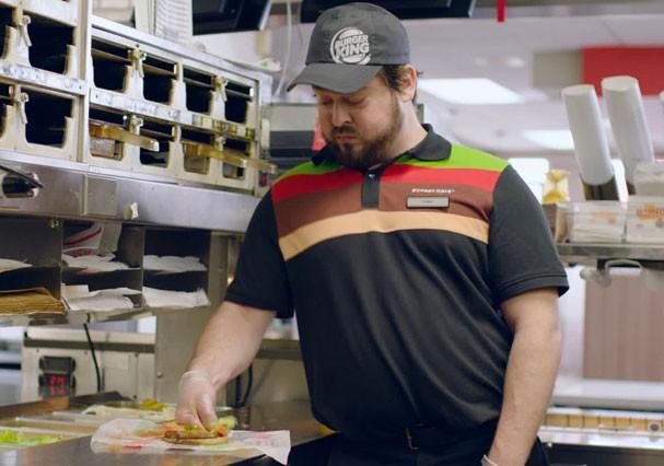 Funcionário esmaga lanche de clientes em comercial do Burger King contra o bullying (Foto: Reprodução/Youtube)