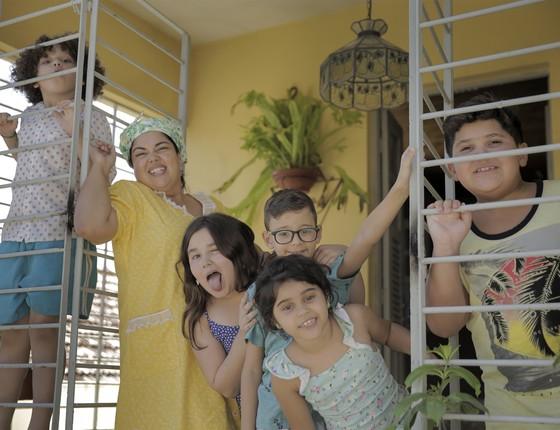 Fabiana Karla posa com os cinco atores que interpretam seus filhos no filme que começa a ser rodado essa semana (Foto:  Júlia Equi)