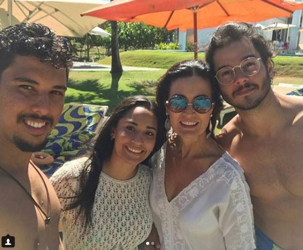 Fátima e Túlio com amigos em Pernambuco (Foto: Reprodução Instagram)