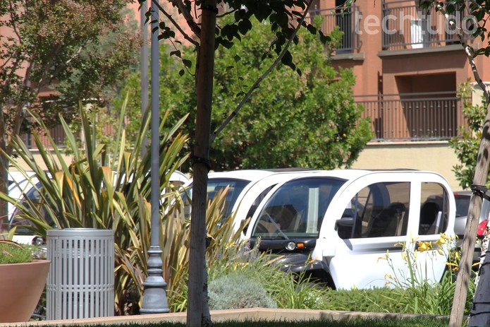 Carrinhos elétricos são opção para se deslocar no 'campus' da Netflix (Foto: Isadora Díaz/TechTudo)