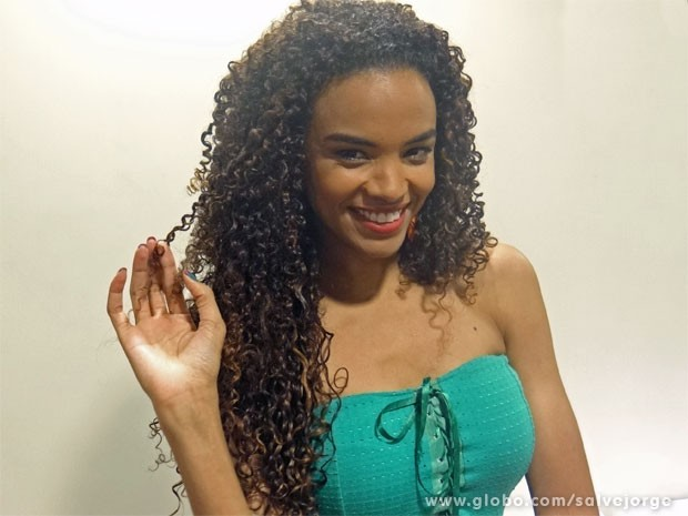 Lucy Ramos mostra os belos e cobiçados cachos (Foto: Salve Jorge/ TV Globo)