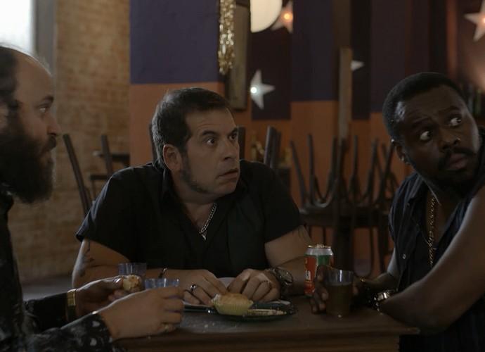 Genésio se assusta com visitinha inesperada (Foto: Gshow)