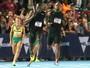 Em evento com cara de gincana, Bolt corre ao lado de menina de 16 anos