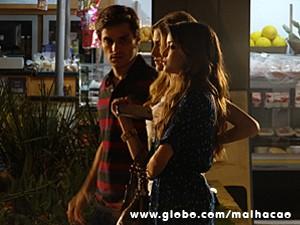 Flaviana chama Martin para ver Anita com outro (Foto: Malhação / TV Globo)