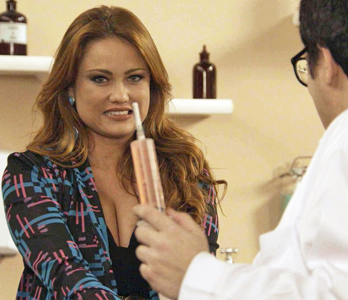 Leonora se assusta ao ver o tamanho da seringa do 'dermatologista' (Foto: TV Globo)
