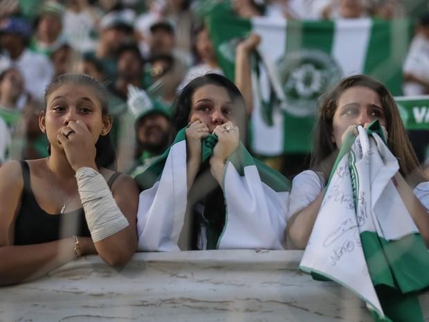 Torcedores da Chapecoense choram após acidente (Foto: Getty)