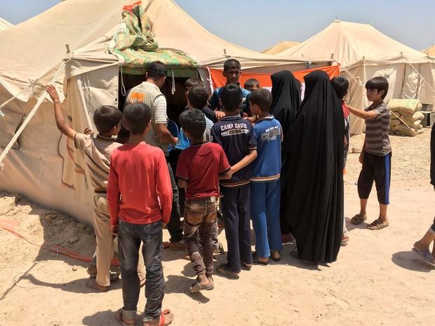 Iraquianos deslocados registram suas famílias na entrada do campo Amriyat al-Fallujah, aberto recentemente e que abriga os que fogem da violência da cidade de Fallujah, tomada pelo Estado Islâmico (Foto: JEAN MARC MOJON / AFP)