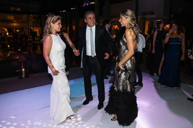 Helena Caio com Adriane Galisteu e o marido Alexandre Iodice na pista de dança (Foto: Manuela Scarpa/Photo Rio News)