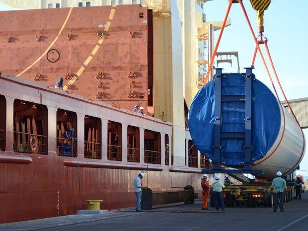 Este foi o segundo navio a desembarcar no Estado com as peças das torres aerogeradoras (Foto: Marina Fontenele/G1 SE)